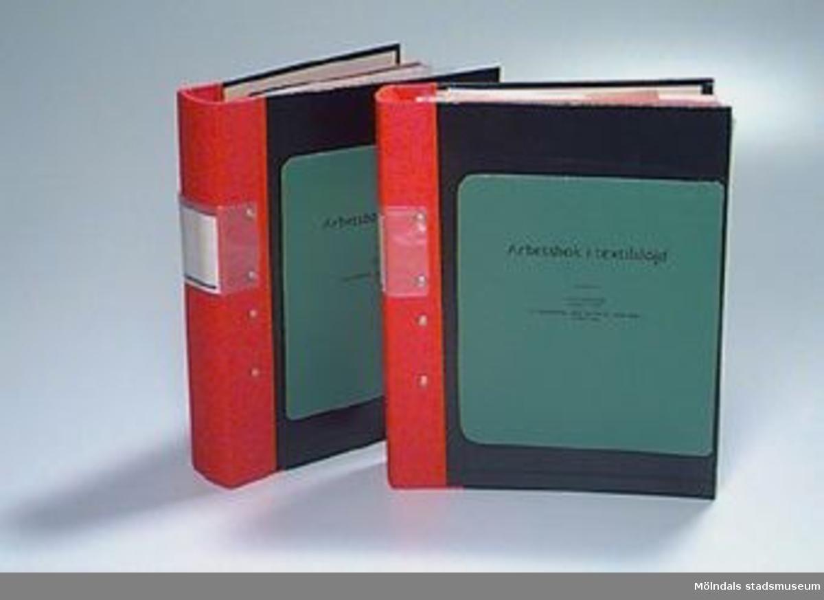 """""""Arbetsbok i kvinnlig slöjd"""", """"utarbetad av"""", """"Slöjdlärarinnor vid Malmö Stads Folkskolor"""". Andra upplagan. Boken är delad av brukaren och insatt i två kontorspärmar. Uppdelning efter årskurs där 02731:1 innehåller årskurs 1-6 och 02731:2 årskurs 7-9. Pärmarna innehåller förutom bokens text egna anteckningar och prover på sömnad, stickning, potatistryck och mönsterark.Samhör med 02723.Övriga uppgifter se 02643:1."""