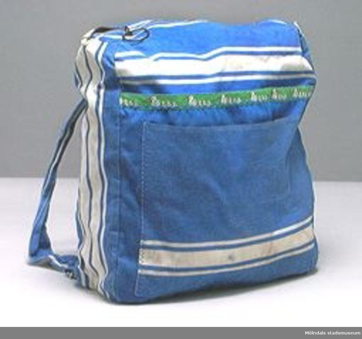 Ryggsäckar gjorda för barn.Blått tyg med vita ränder. Tygbård längs utanpåficka. Ankmotiv på  02832:1 och fiskmotiv på 02832:2.