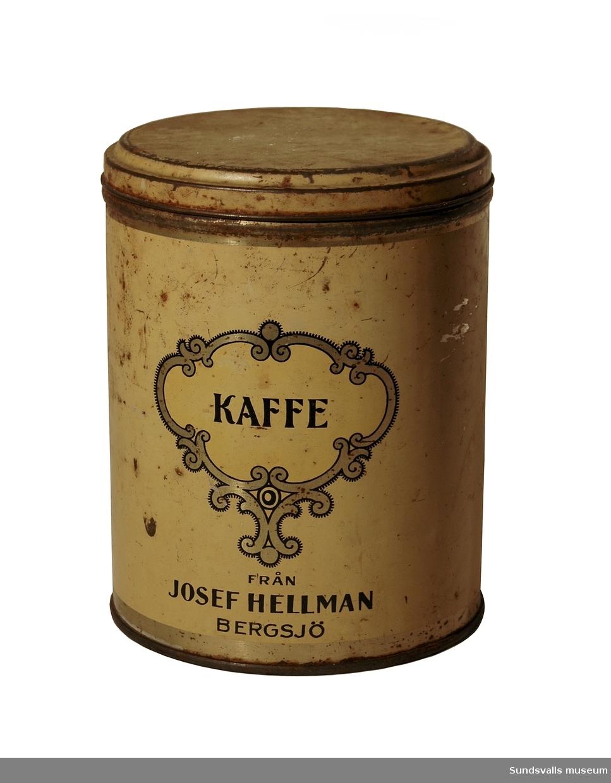 Rund gul kaffeburk med dekoration och text i svart och guld. Texten lyder 'KAFFE FRÅN JOSEF HELLMAN, BERGSJÖ'.