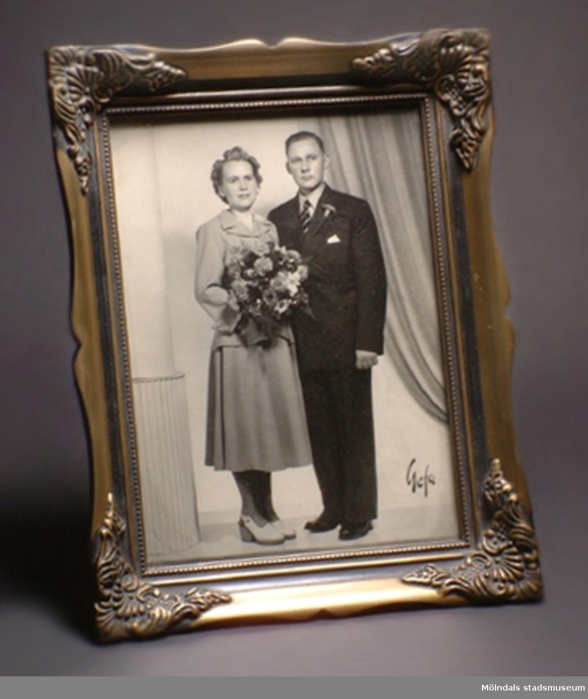 Svart/vitt bröllopsfotografi inramat av glas och guldfärgad träram.Brudparet heter Inga-Lill och Åke Börjesson, gifte sig 1948-07-03.MÅTTEN:Längd: 225 mm. Med ram: 290 mm.Bredd: 165 mm. Med ram: 230 mm.