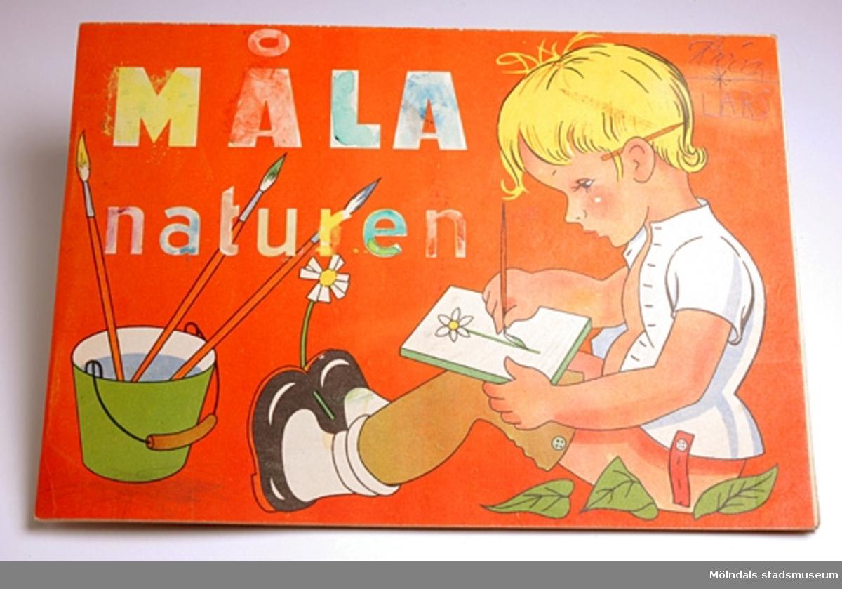 """Målarbok för barn med titeln """"Måla naturen"""". Varje siduppslag innehåller en redan färdigmålad bild och en likadan utan färger, som ska färgläggas. På framsidan sitter en pojke och målar och på baksidan är en bild på en nyckelpiga som sitter på ett blad. Där står även Pris 75 öre och ägarens namn: Karin Pettersson, 53.Brukaren/givaren var sex år när hon fick boken. Hon har färglagt bilderna mycket noga med vaxkritor och vattenfärg."""