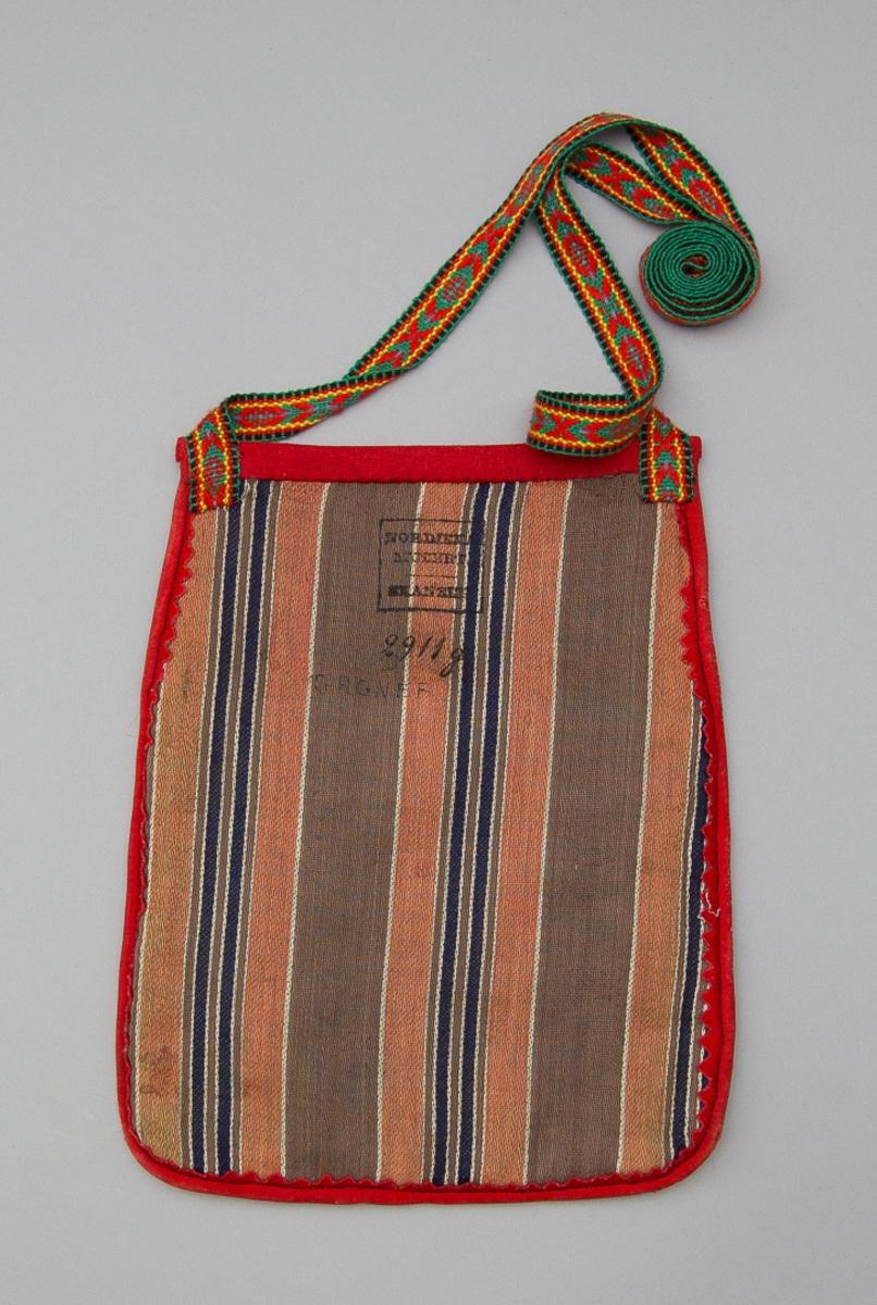 Kjolsäck till dräkt för kvinna från Gagnefs socken, Dalarna. Modell med avskuret framstycke. Tillverkad  av svart ylletyg, kläde, med applikationer av kläde i rött, grönt och gult, fastsydda med maskinsöm. Centralt placerat hjärtmotiv omgivet av hjulformer. Ytan mellan applikationerna är helt täckt av broderier utförda med ullgarn i många färger, sticksöm, plattsöm och stjälksöm. Maskinsömmen som fäster applikationerna är dold av broderi, dessutom knutsöm på dessa. På överstycket broderat: 1902. Foder av två olika bomullstyger med tryckt mönster i flera färger. Kantad runtom med remsor av rött kläde, taggklippta på baksidan. Bakstycken av fabriksvävt randigt bomullstyg i bruna toner samt blått och vitt, bolstervarsrand. Där finns också en stämpel med text inom ram: NORDISKA MUSEET SKANSEN. Midjeband av mönstrat fabriksvävt bomullsband i grönt, rött svart, gult och något blått.