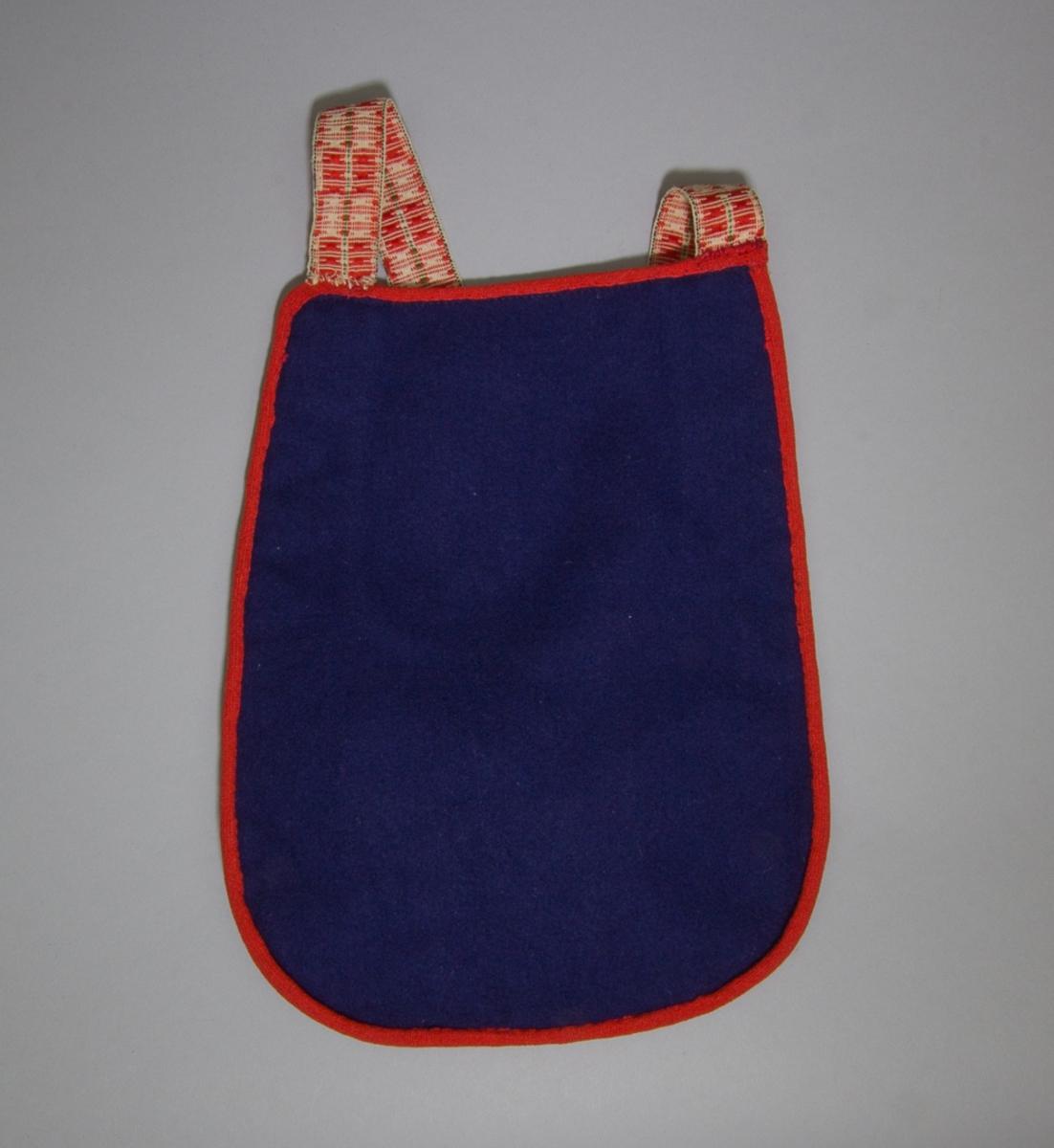 Kjolsäck till dräkt för flicka från Leksands socken, Dalarna. Modell med u-formig öppning. Tillverkad av svart ylletyg, kläde, med applikationer av kläde i grönt, rött och gult, fastsydda med läggsöm. Centralt placerad hjärtblomma med trekanter vid alla sidor. Broderi utfört med bomullsgarn i flera färger: flätsöm, efterstygn och langett. Framsidan fodrad med fabriksvävt bomullstyg, rosa. Bakstycke av mörkblått kläde. Midjeband handvävt, med plockat mösnter i rött på vit botten.