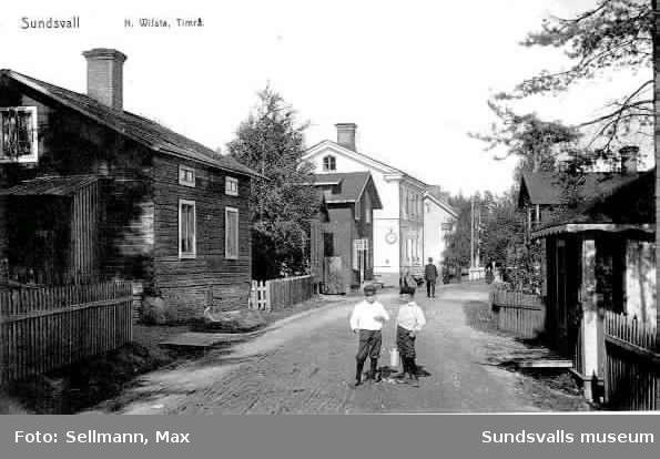"""Pojkar på en gata i norra Vivsta, Timrå. Skylt med texten """"Åkeri"""""""