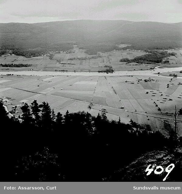 Åkrarna ligga som rutmönster, Gullgård sett från Getberget, Torp.