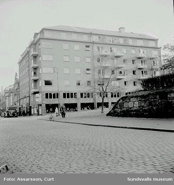 Storgatan 33. Modernt affärs- och bostadskomplex.