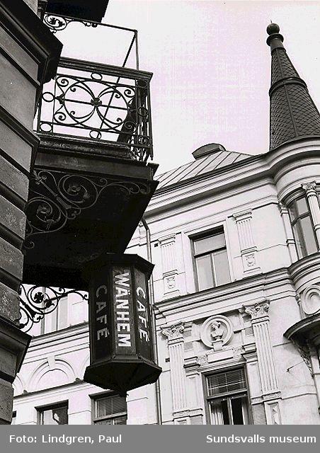 """V Esplanadgatan 8 - Rådhusgatan 23. På denna fastighet har OA Åströms antikvariatsbokhandel och Café Vänhem funnits. Lars Öhlund ägde fastigheten 1906-1946 då han dog. Räntan från boets behållning skulle utdelas till behövande samhällsmedlemmar till  """"Lars Öhlunds minne"""""""