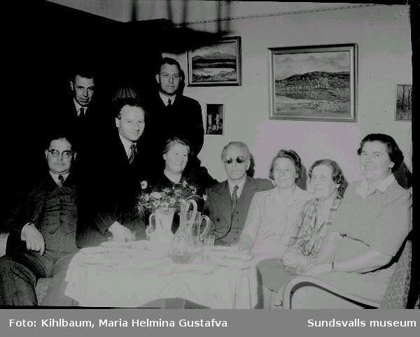 Timmerhus i Sidsjö samt gruppbild.