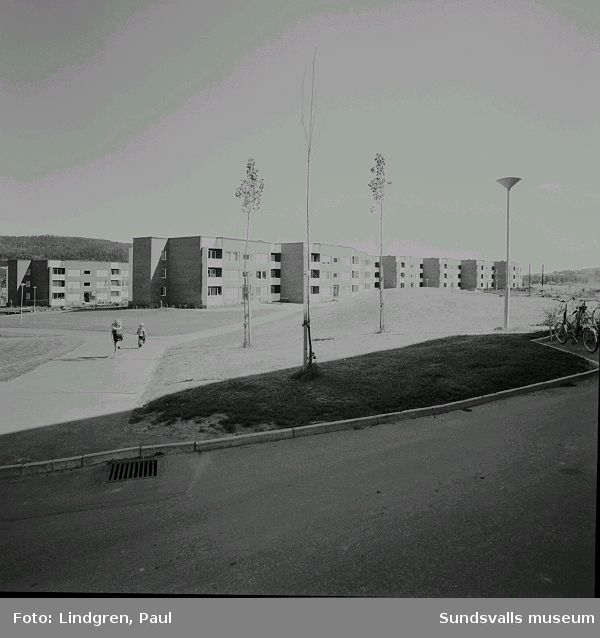 Flerbostadshus med barn i förgrunden, Nacksta, 1970.