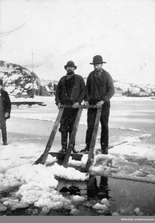 Tommis hette egentligen Karl-Johan Samuelsson (1855-1928). I bakgrunden till vänster syns Tornvillan (Rådavägen 9) och Kristinedal. Början av 1900-talet.