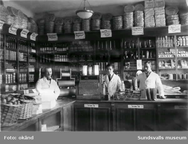 Krutmeijers Speceri- och Diversehandel väst på stan. Butiken låg ungefär mittemellan nuvarande husen vid Storgatan 54 och 56 (2019), där Åkersviksgatan tidigare fortsatte ner mot ån. Senare fanns Öhmans affär i samma lokaler.