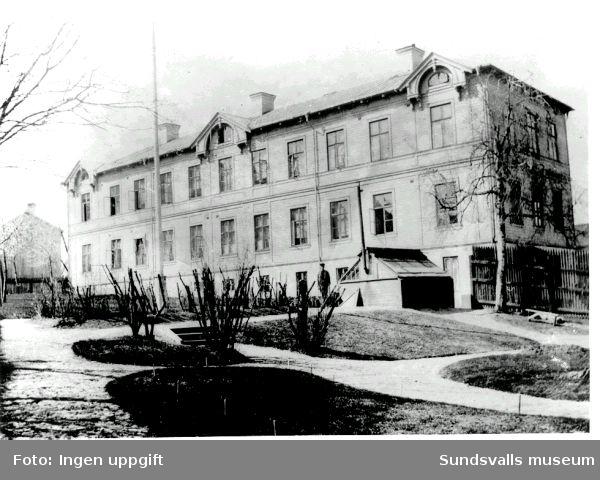 Lindgrenska arbetsinrättningen och senare Holmgården, nerbrunnet maj 1999, användes efter sjukhus och äldrevård till konstnärsateljéer för bl.a. gruppen Lustrum.