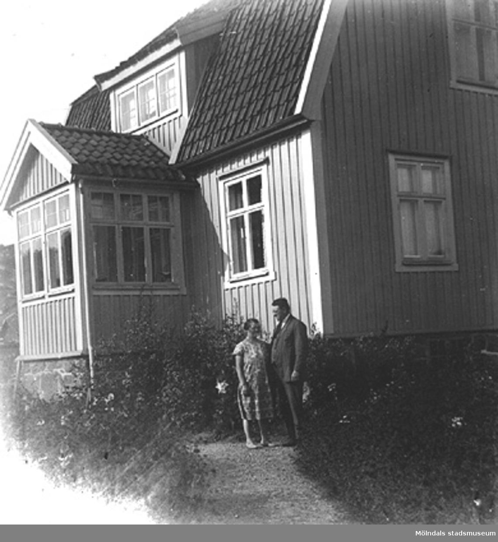 Toltorpsdalen i Mölndal. En man och en kvinna utanför ett hus.
