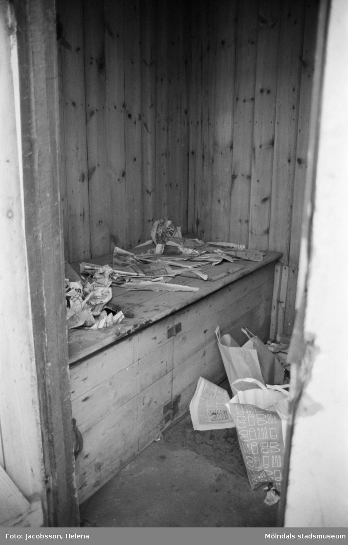 Roten M 9, årtal okänt. Dokumentation av trähus med plåttak.Interiör med gammalt kök, vedspis, spiskåpa m.m.