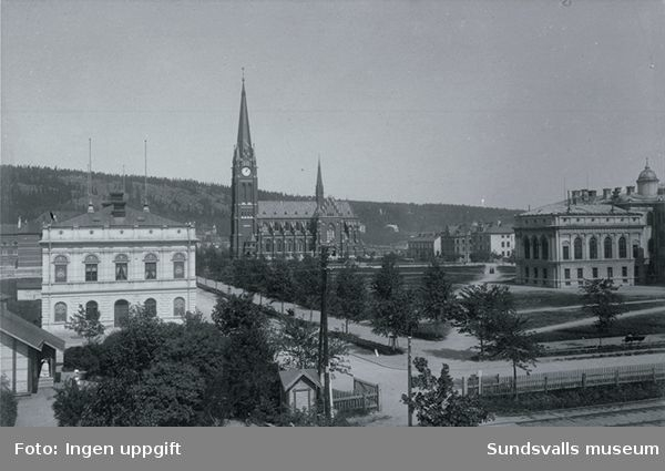 Från vänster kvarteret Lärgossen nr 14 , Skolparken,Kyrkan och längst till höger kvarteret Läroverket.I bildens framkant syns järnvägsspår.