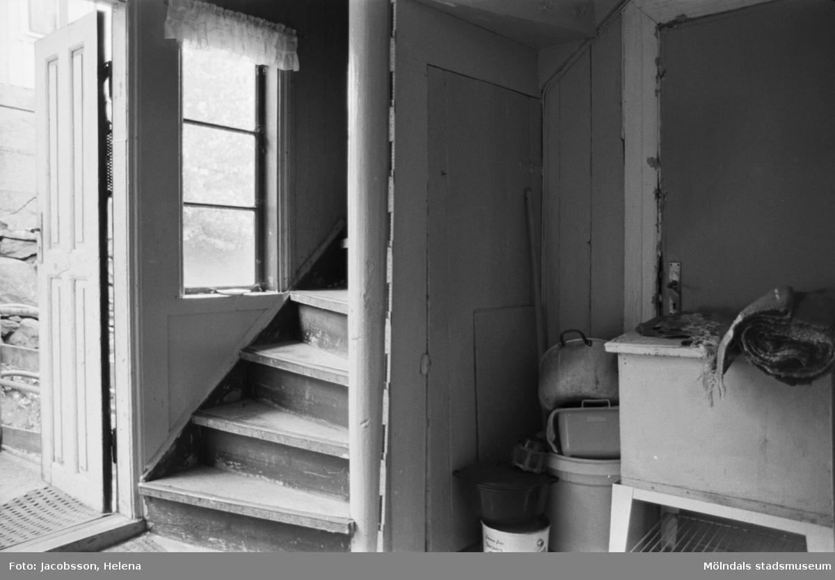 """Trappa i bostadshus på Roten M 18 i Mölndals Kvarnby 1972. Bostadshuset har en kvarvarande """"brygga"""" utanför. Se bild 1991:1106."""