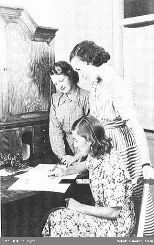 Tre förskollärare som arbetar vid ett daghem i Guldheden, Göteborg. Bilden är tagen på sent 1940-tal.