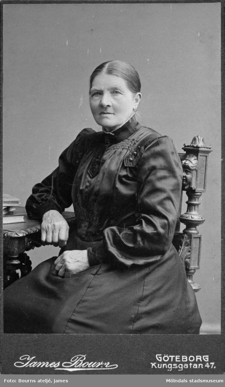 """Anna """"Mosteras"""" Bengtsson. Ur Valdeborg Johanssons fotoalbum. Porträtt taget i James Bourns ateljé på Kungsgatan 47 i Göteborg, början av 1900-talet."""