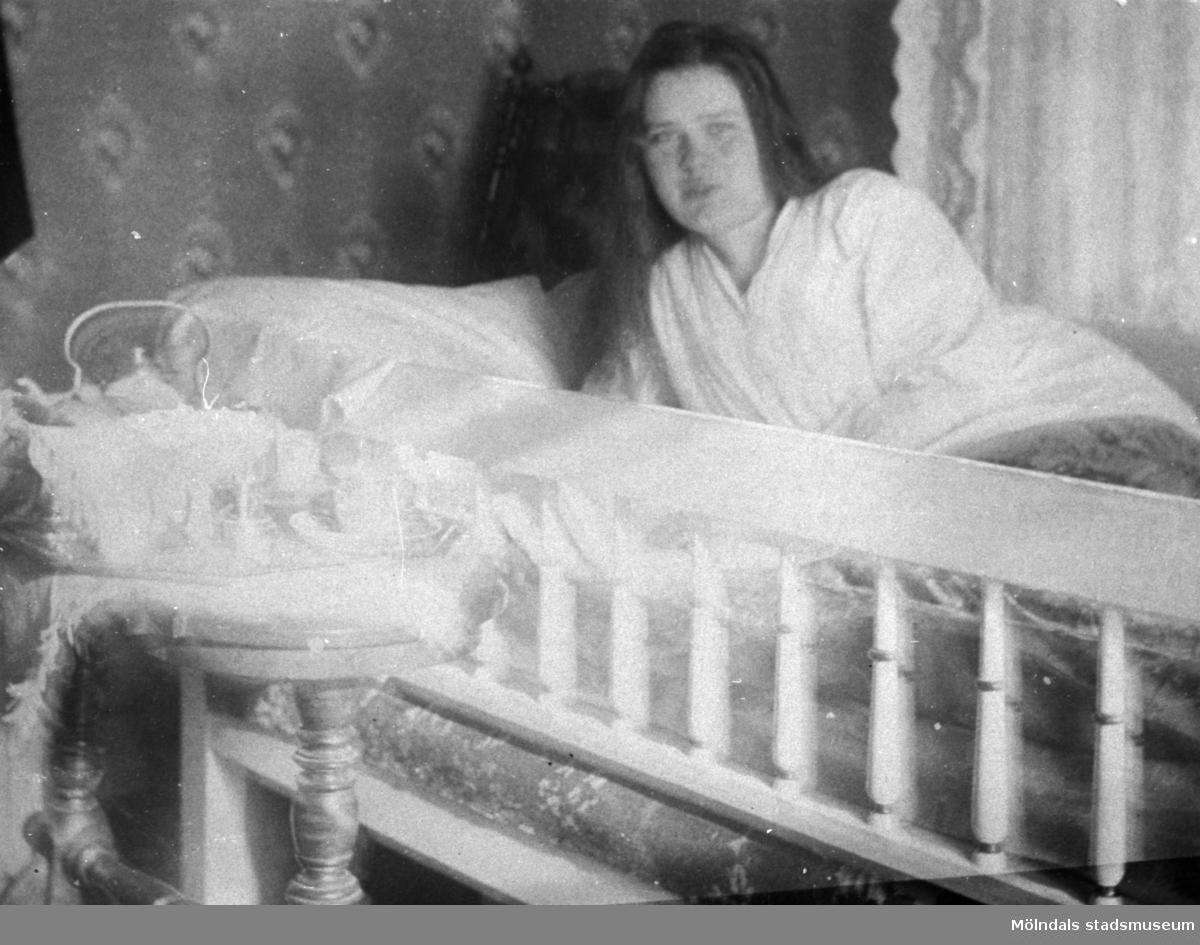 Valdeborg Johansson halvligger i sängen. 1910-tal. Se även 1992_0020. Ur Valdeborg Johanssons fotoalbum.