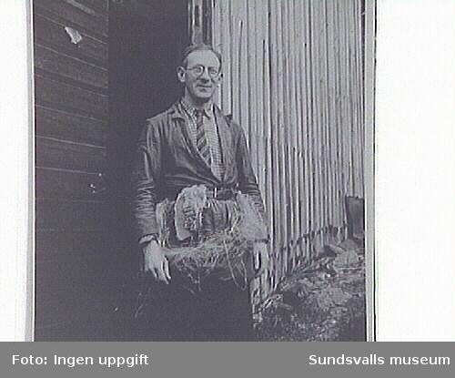 Repslagare utanför repslageriet på Repslagarvägen, Sundsvall. 1893 etableradesverksamheten under namnet Konrad Nordins repslageri.