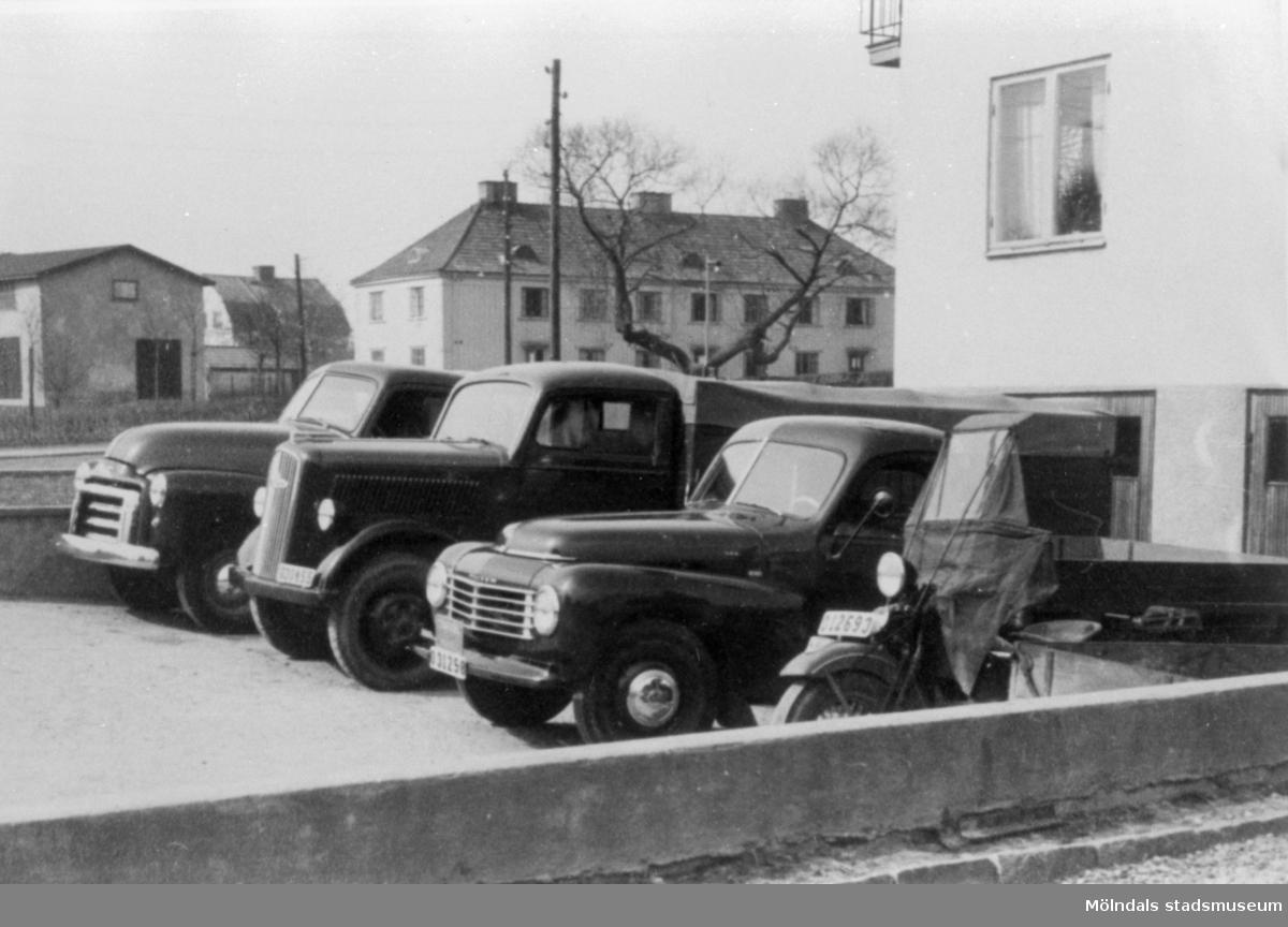 Mölndals Bud-transport. Fordon från vänster: Opel Blitz, ?, Volvo PV 444 med flak, MC (Harley Davidson) med sidovagn/flak.