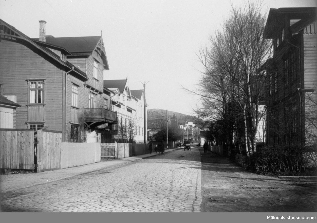 """Till vänster ligger O.A. Bengtssons speceriaffär, """"Westanå"""" (Mjölke-Karlssons) och Betania (frikyrka på övervåningen)."""
