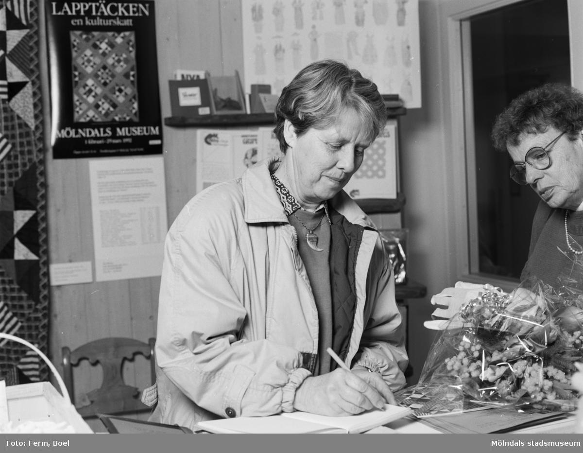 """Interiörbilder från Mölndals Museums utställning """"Lapptäcken, en kulturskatt"""" 1 feb - 29 mars 1992. Den 5000:e besökaren, Gertrud Eide samt okänd till höger."""