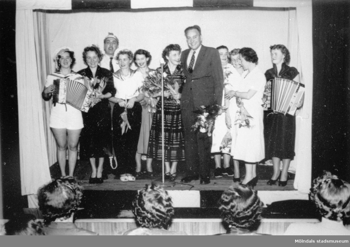 """Eisers personal """"revyspelarna"""" står uppställda för avslut. 1950-tal."""