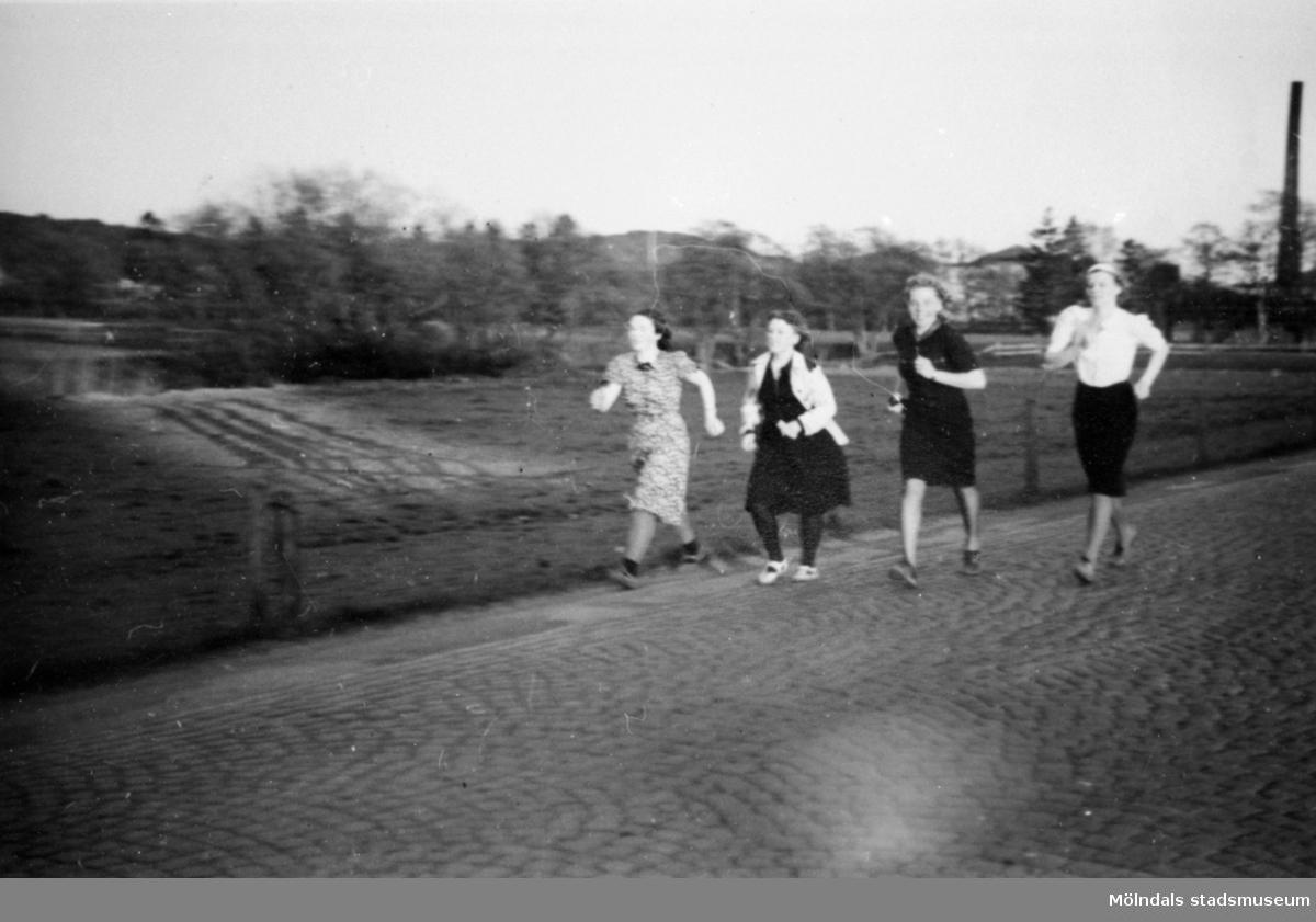 Eisers personal promenerar den så kallade Riksmarschen på 1 mil. Vanligt i mitten av 1950-talet och var för folkhälsans bevarande.