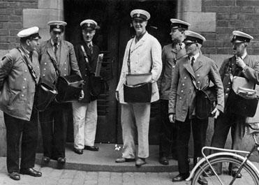 Värdebrevbärare samlade utanför postkontoret Stockholm 1 år  1942. I mitten (i vit uniform) K Albin Ward. (Minnesinsamlingen  - 286).