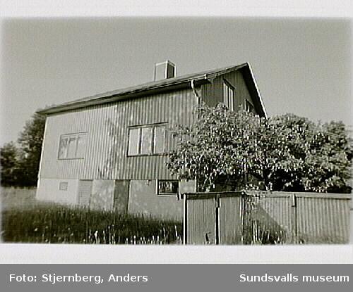 Den s.k. LO-villan. I samband med föreningsrättsstriderna i sundsvallsdistriktet 1899 förvärvade Landsorganisationen fastigheten för att ge husrum åt de arbetare som hade blivit avskedade och avhysta från Gustavsbergs sågverk.I juni 1996 återinvigdes LO-villan igen av LO-ordföranden Bertil Jonsson.