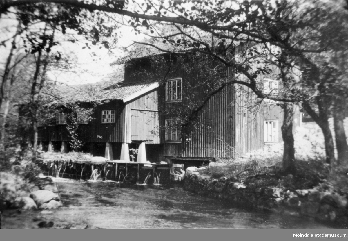 Kvarnen i Lindome med ålkistor i Lindomeån, 1950-talet.