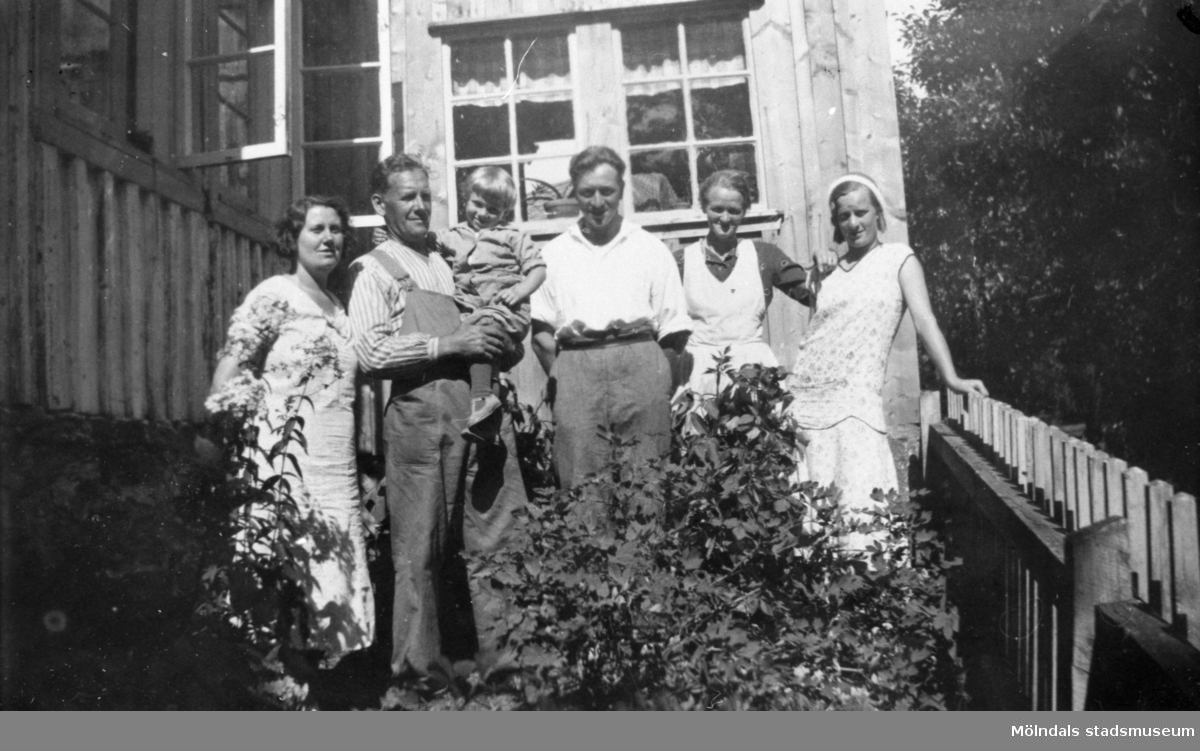 """Sommargäster hälsar på hos fam. Persson, 1930-talet. Från vänster: Greta Larsson, Augusta Persson, Albert Persson, Harry """"Bölja"""" och Sonja Svensson."""