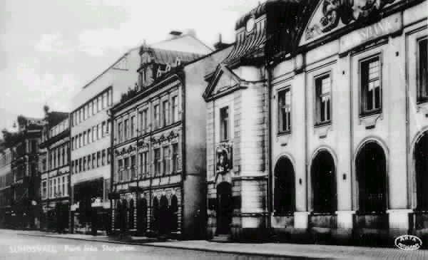 """Text till bild """"SUNDSVALL. Parti från Storgatan."""" Riksbankshuset på Storgatan 29 ses längst till höger. I huset t v om Riksbankshuset fanns leksaks- o pappersaffären Mesch & Jonsson."""