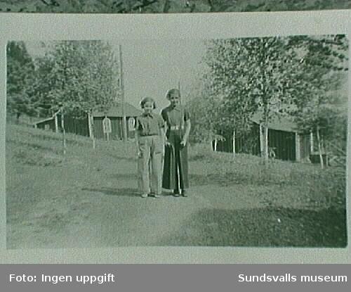 """Britt Jonsson t v och Maj-Lis Olofsson t h. De bodde i samma hus """"Spiklådan""""."""