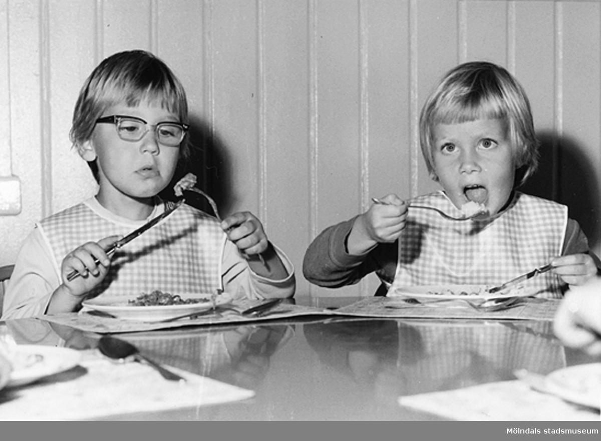Två barn som äter mat på Holtermanska daghemmet 1953.