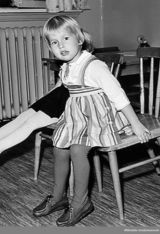 Ett par flickor som sitter på var sin stol vid Holtermanska daghemmet 1953.