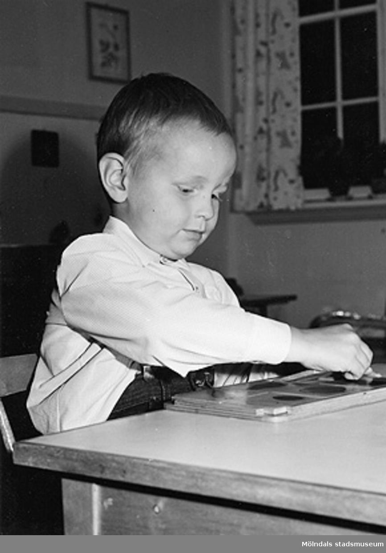En pojke leker vid Holtermanska daghemmet 1953.
