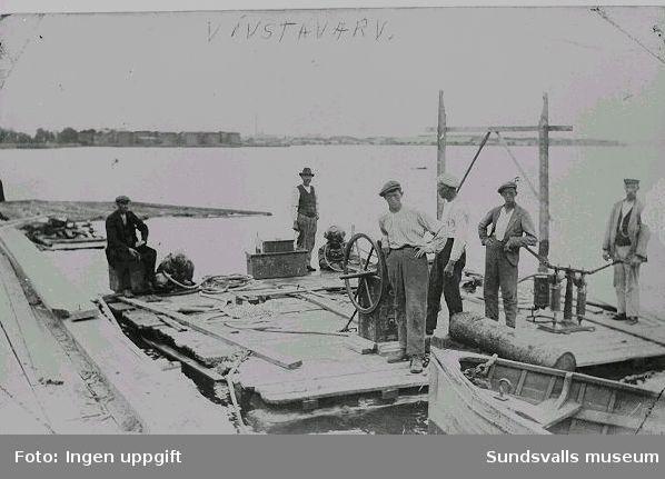"""Bogserbåten och ångslupen """"Tärnan"""", ägd av Wifstavarv, exploderade och bärgning påbörjades. Det fanns dock bara skrot kvar av båten."""