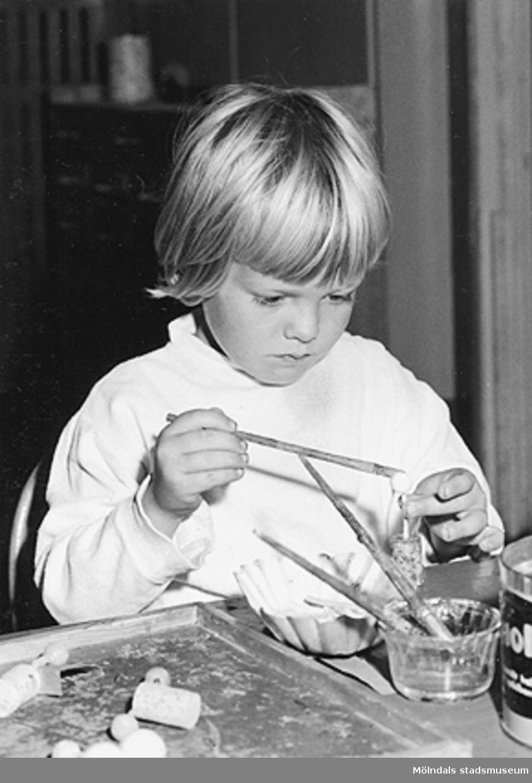 En flicka som målar och pysslar. Holtermanska daghemmet 1953.