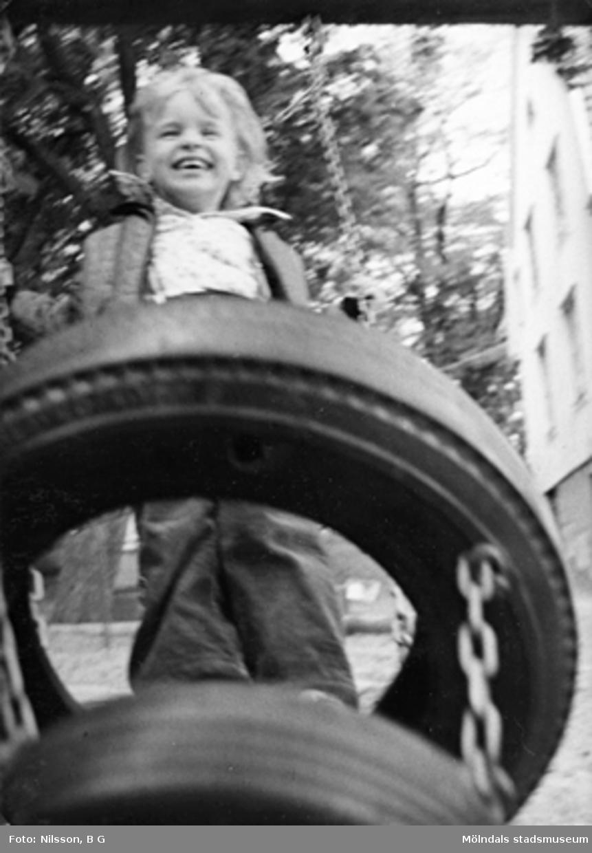 Ett barn som gungar. Holtermanska daghemmet juni 1974.