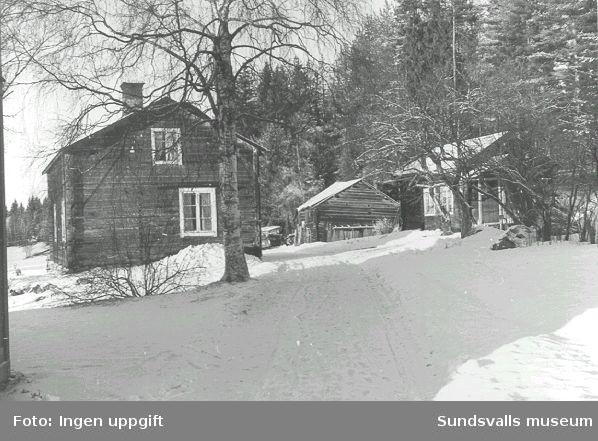"""Några av byggnaderna tillhöriga hemmanet Igeltjärnstorpet, som gått i arv i släkten Näslund sedan 1700-hundratalet: fr v """"Vandrarhemmet"""", vedbod samt ett av bostadshusen. Marken köptes 1966 av Sundsvalls kommun för att ge plats för Sundsvalls sjukhus. Byggnaderna revs 1971."""