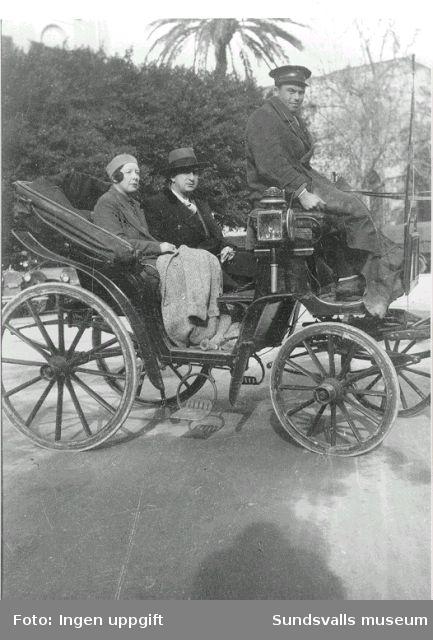 Sigrid Hjertén och Isaac Grünewald i hästdragen landå, 1920-talet.