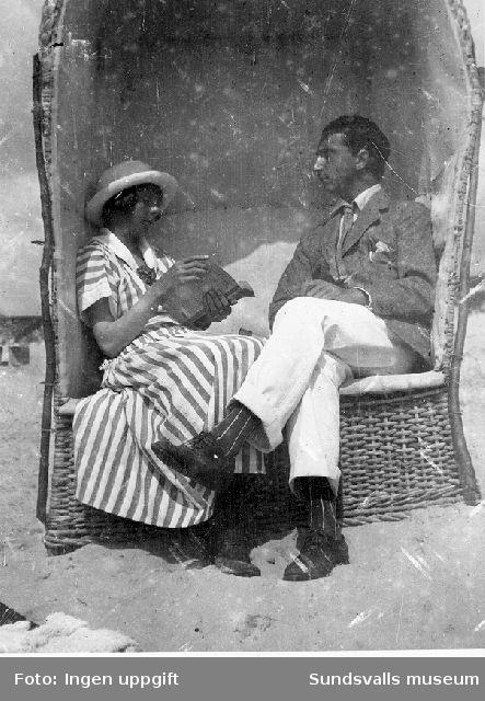 Sigrid Hjertén och Isaac Grünewald i strandkorg på stranden, Fanö i Danmark, 1917.