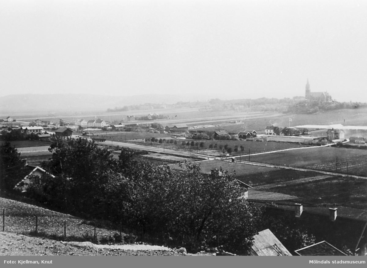 Vy från Trädgården i nordost mot Mölndalsbro i sydväst. T.v. skymtar Mölndals nedre och Mölndalsbro.Till höger ses trädgårdsmästeriet Annehill. Cirka 1900.