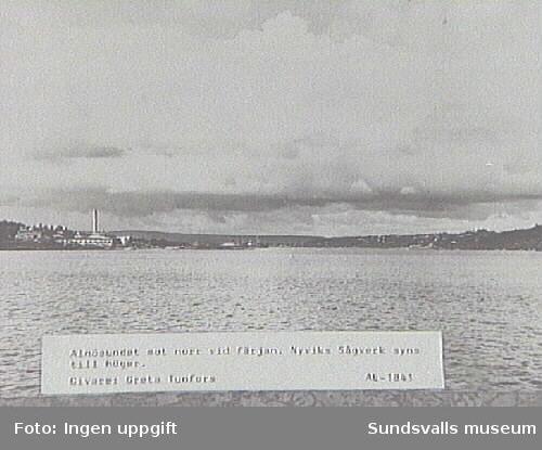 Alnösundet mot norr vid färjan. Nyviks sågverk syns till höger.