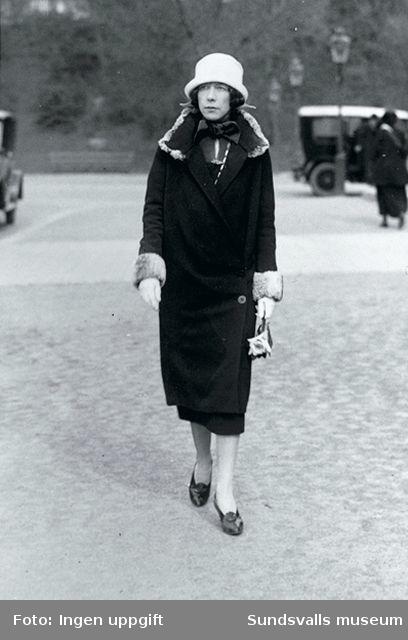 Sigrid Hjertén på väg till konsthallen Liljevalchs, Stockholm, 1925.