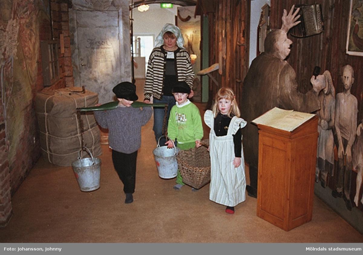 Håkan Strömberg (ej i bild) visar förskolebarn Olas stuga 1999-02-18. Tema: Livet förr.