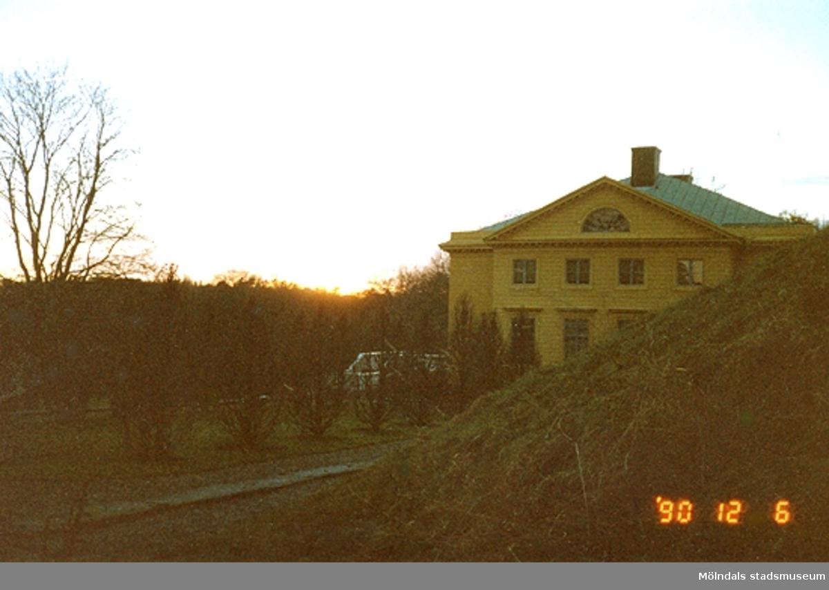 En kvällsbild snett från öster på Gunnebo slott, december 1990.