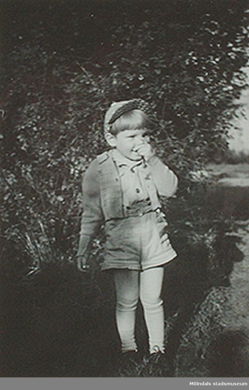 """""""Jan-Olof han är tjock och rund, och på tummen suger i var stund."""" Fotot sitter i albumet (invnr: 03395) """"Krokslätts daghem, Dalhemsgatan 7, Mölndal.2 juni 1948 - 30 sept 1951""""illustrerat av Ruth Karlsson."""